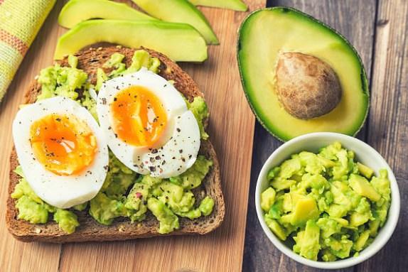 aguacate, tostadas con huevos