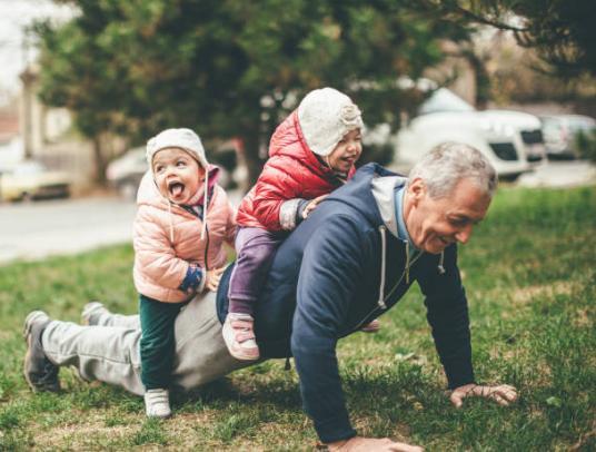 juego abuelo con los nietos