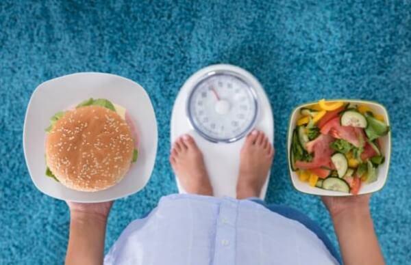 insalata, hamburger, bilancia