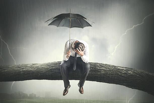 maltempo, uomo con ombrello
