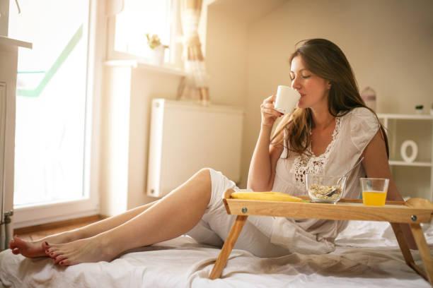 moglie fare colazione a letto
