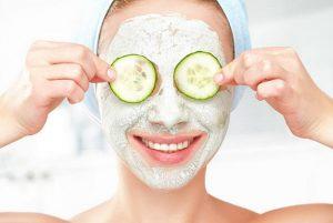 la mujer, la máscara de pepino, cuidado de la piel