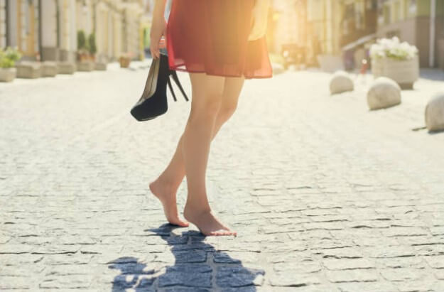 mujer con los pies descalzos