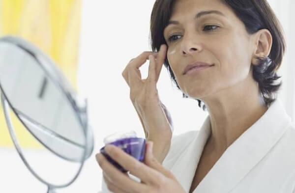 donna, specchio, crema per il viso