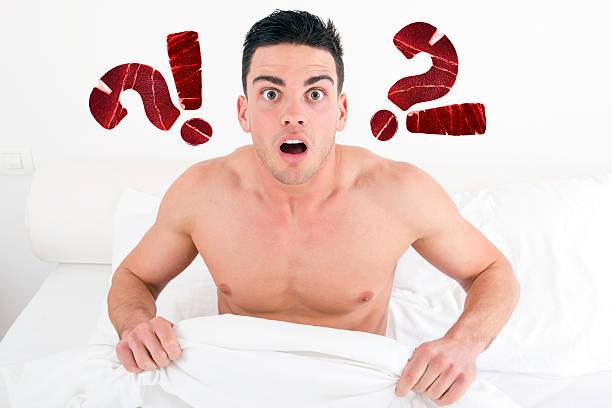 uomo sorpreso a letto