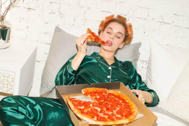 mujer, pizza, comer en exceso