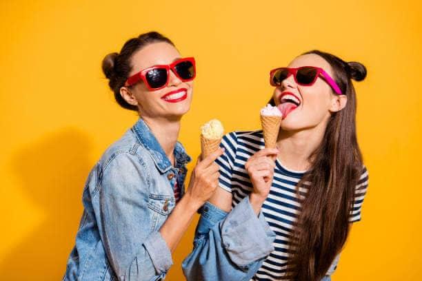 due ragazze, godere, gelato